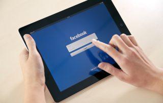 fotografia-closeup-mulher-tentando-logar-no-facebook-usando-o-Apple-iPad2