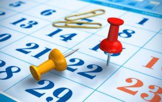 ilustração-vetorial-de-alfinetes-e-clips-de-papel-em-cima-de-calendário-azul